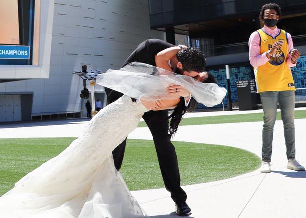 普爾證婚 勇蜜夫妻在勇士主場門口舉行婚禮_NBA中國官方網站