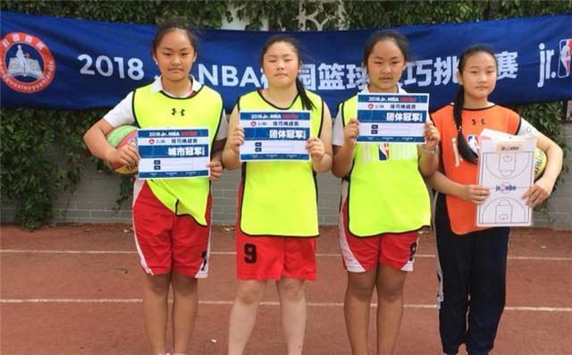 李俊亮、李俊月和同学一起帮助学校获得团体冠军
