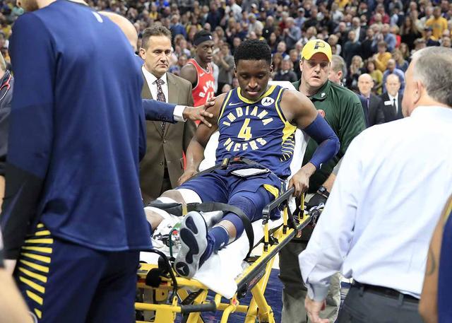 维克托-奥拉迪波右膝受伤 被担架抬出场外