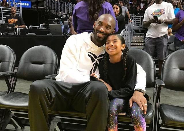 科比重回斯台普斯 携女儿观战女篮