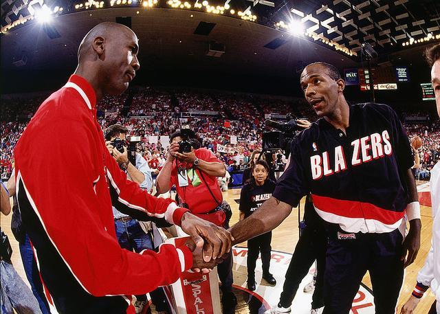 德雷克斯勒回击乔丹:篮球是一项团队游戏