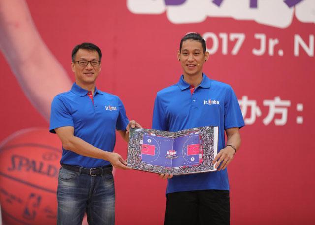 钱军先生(左)赠予林书豪Jr.NBA 2017年刊