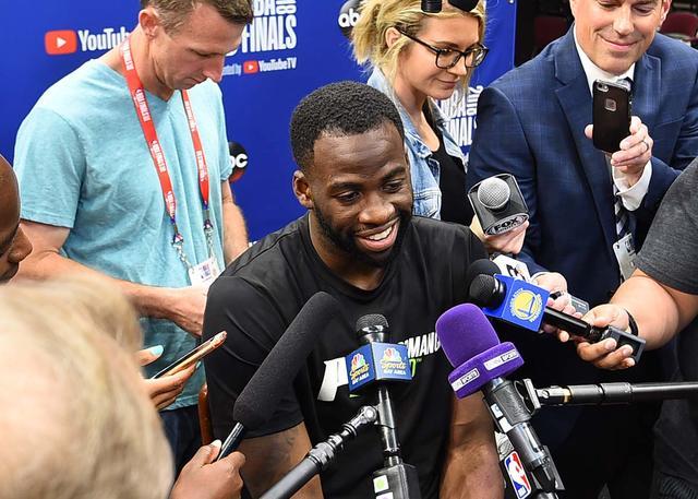 格林:抢篮板要靠全队努力 阵容深度是优势
