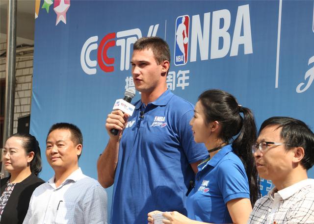 加里纳利现身贵阳 参加NBA关怀行动