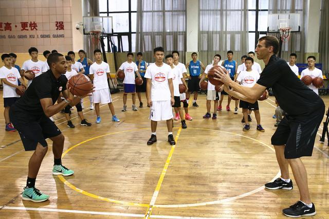 迈克勒姆现身校园  为2016NBA国际系列赛中国站造势
