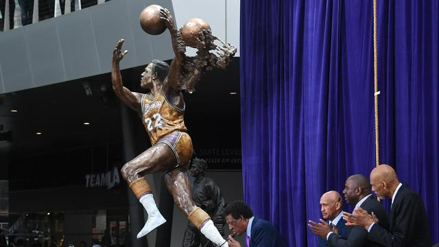 湖人揭幕埃尔金-贝勒雕像 成为队史第六座