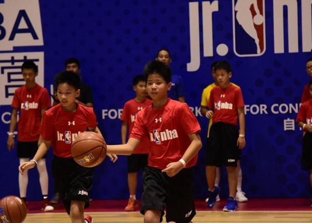 小学员做运球训练