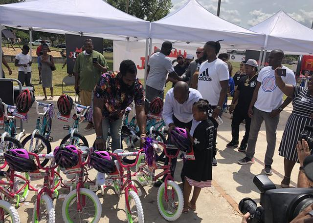 哈登捐赠自行车 还将出资翻新休城的篮球场