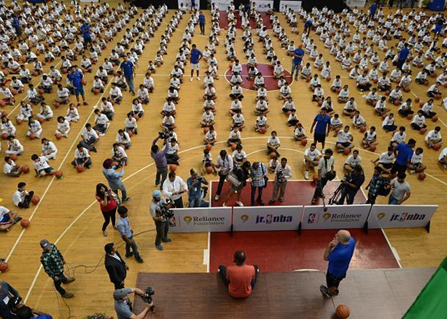 杜兰特同时教3459人学篮球创吉尼斯世界纪录