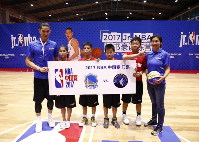 林书豪 & 王晔女士与获得2017 NBA中国赛门票学员合影