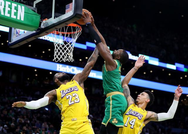 被布朗隔扣 詹姆斯:这就是篮球不会放心上