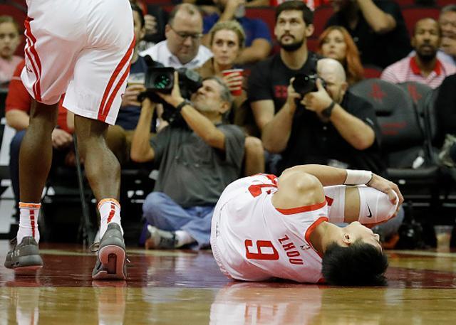 周琦左膝关节扭伤离场 暂未给出恢复时间表