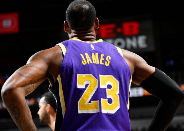 一戰超越Kobe記錄!詹皇再轟大三元,妙手助攻2人關門關不住,球場視野令美記驚嘆(影)-籃球圈
