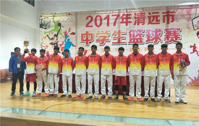 依托校园篮球社团的强大支撑,清新三中组建起一支球队