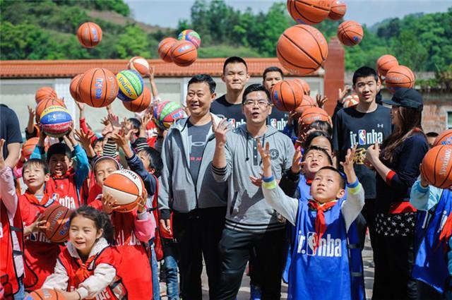 Jr. NBA为每一名凤仪乡苗族小学的同学们都赠送了篮球