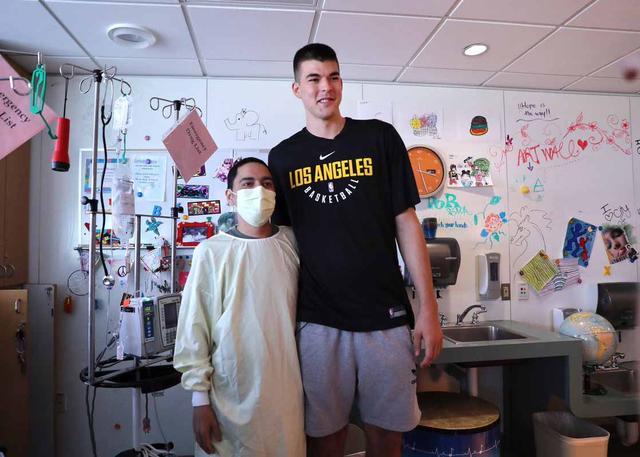 回馈社区!暖男祖巴茨前往医疗中心探望病患