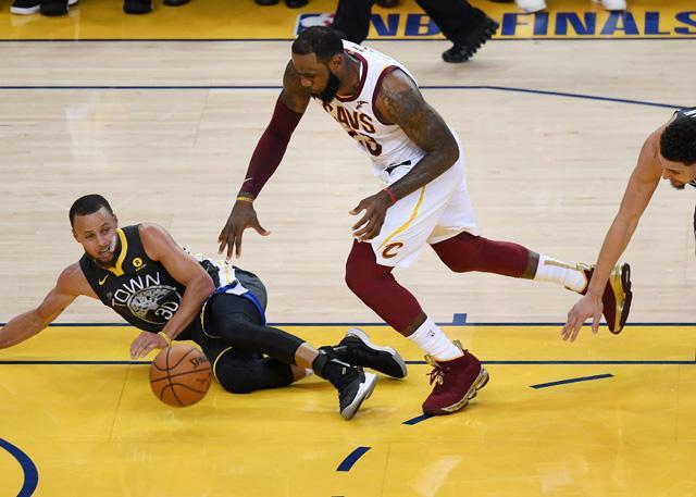 NBA裁判协会:G2詹姆斯被夹击摔倒漏判犯规
