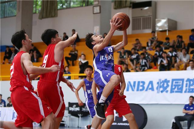 还未输球的广州一中(紫色球衣),半决赛将接受强敌的考验