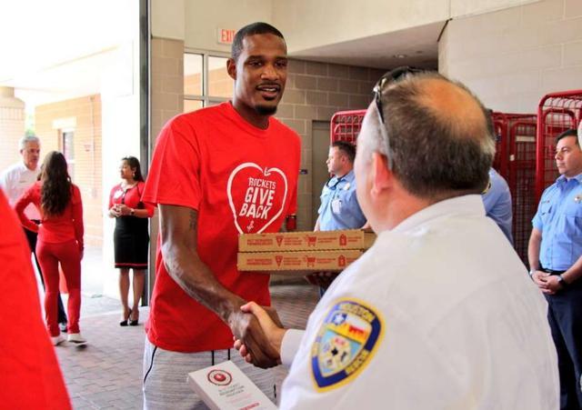 阿里扎现身休斯敦警署 为工作人员分发午餐
