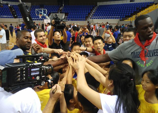 明尼苏达森林狼队在深圳举行NBA关怀行动