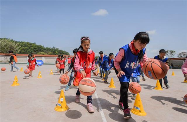 孩子们在篮球运动中体会到了无穷的乐趣