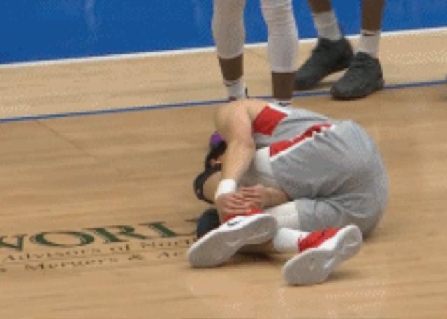 周琦在发展联盟比赛中左脚踝扭伤退出比赛