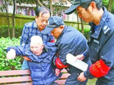 七旬老人独自出门跌倒 公园保安热心救助送其回家