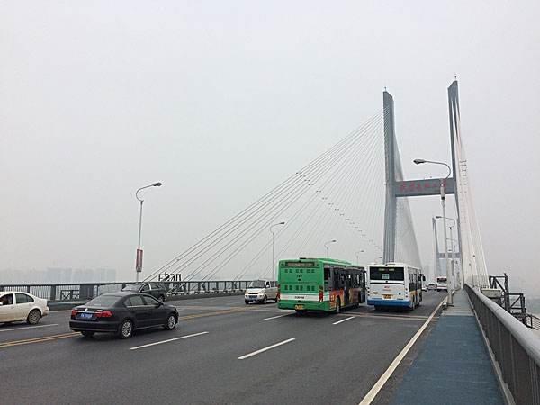 武汉长江二桥月均两人跳楼 早高峰致堵三小时