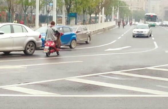 武汉开展电动自行车专项整治 电动车载客营运一律依法扣车