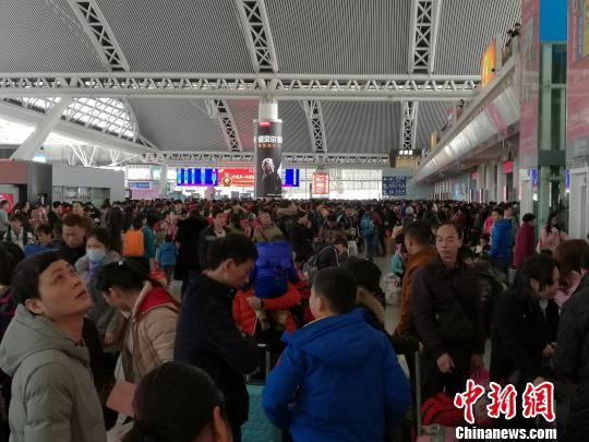 广铁全面提运力应对节前客流高峰 日加开列车近200对
