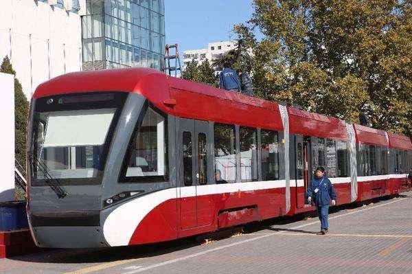 连接香山颐和园 北京首条现代有轨电车线试运行