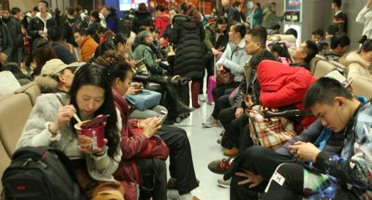 成都机场吸收昆明备降航班16个 4000滞留旅客可离港