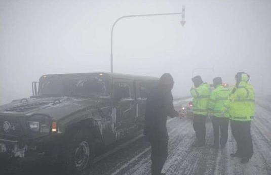 新疆额敏境内遭遇风吹雪能见度不足1米 交警一线参与救援