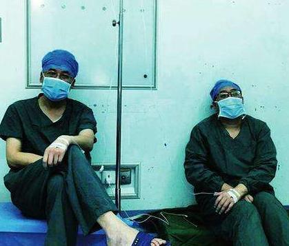 西安两医生手术间隙输液走红 纾解医患矛盾需要啥?