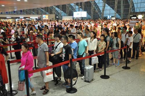 成都机场迎来端午出行高峰 少数航线机票出现紧张