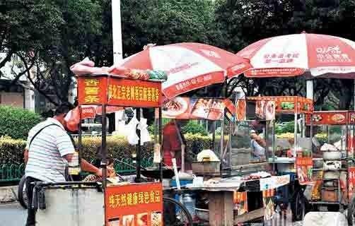 记者探访:北京高校地铁站周边食品小摊贩不见踪影