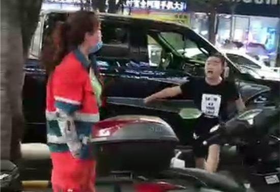 四川男子殴打女环卫工引众怒 被行拘10天罚款500元