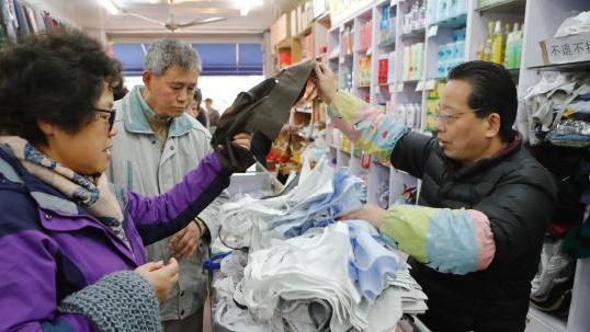 """上海老产品""""假领头""""热销 市民排队购买"""
