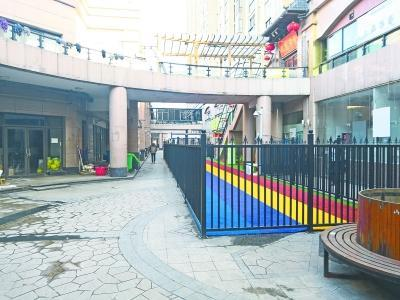 """武汉两幼儿园商业街""""圈地"""" 警方城管齐下整改通知"""