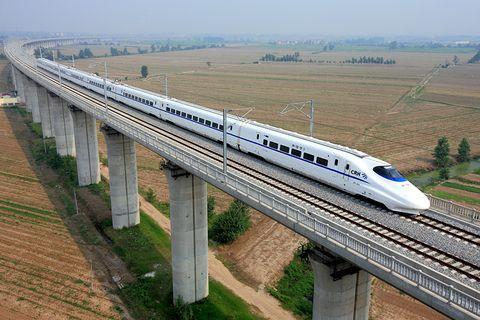 京张高铁最长隧道顺利贯通 预计明年三四月完成铺轨