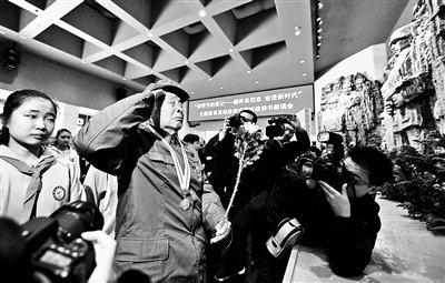 北京:700人朗诵抗战诗书缅怀英烈