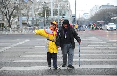 北京公共文明引导员队伍成立近17年 引导城市文明
