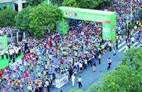 贵阳国际马拉松赛:选手跑得爽 观众看得嗨