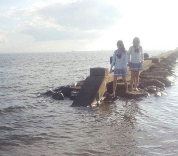 COSER海边COS水团因涨潮被困海中