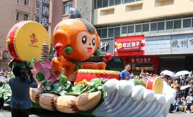 杭州举行动漫节彩车巡游 大圣霸气亮相!