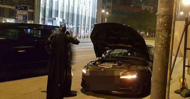"""香港""""蝙蝠侠""""战车抛锚落难街头"""