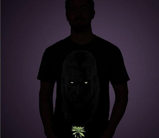 污的不行!《巫师3》推出夜光主题T恤