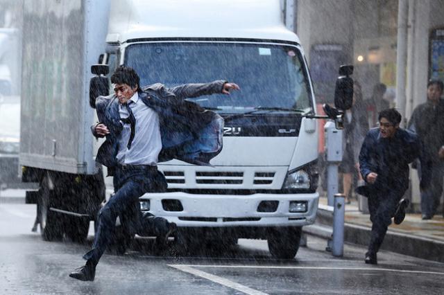 电影《恶魔蛙男》11月上映 小栗旬追变态身姿英勇