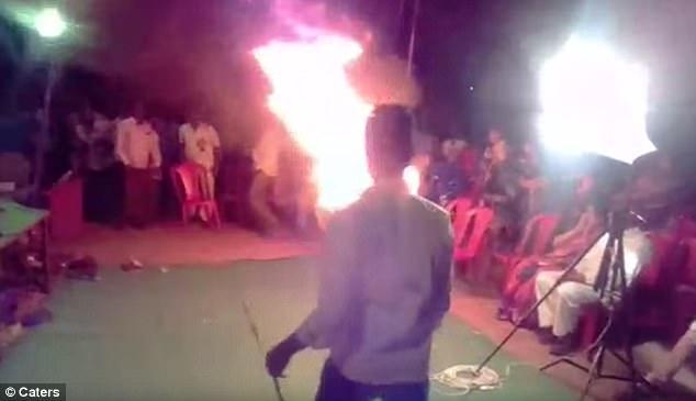 最搞事的LIVE!丈夫用自焚阻止妻子唱歌