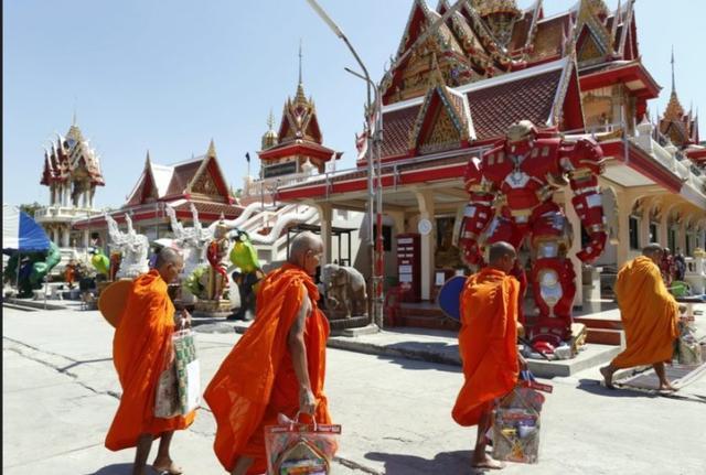 泰寺庙摆超级英雄模型揽客